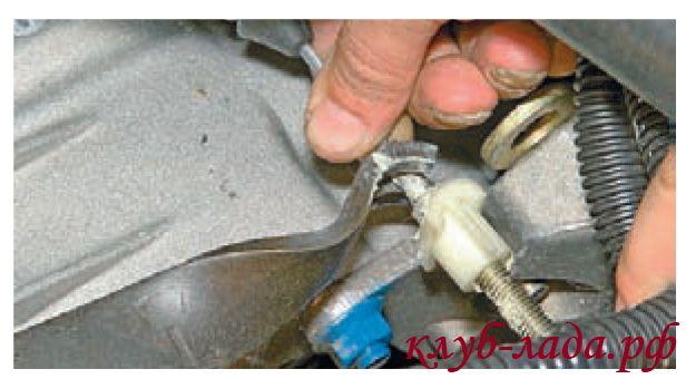 Вытащить поводок троса из паза рычага вилки выключения сцепления