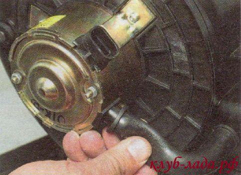 Снять со штуцера шланг вентиляции двигателя
