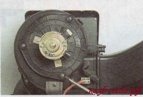 Отвернуть 3 самореза крепления электродвигателя к кожуху