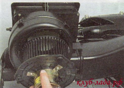Снять электродвигатель в сборе с вентилятором отопителя
