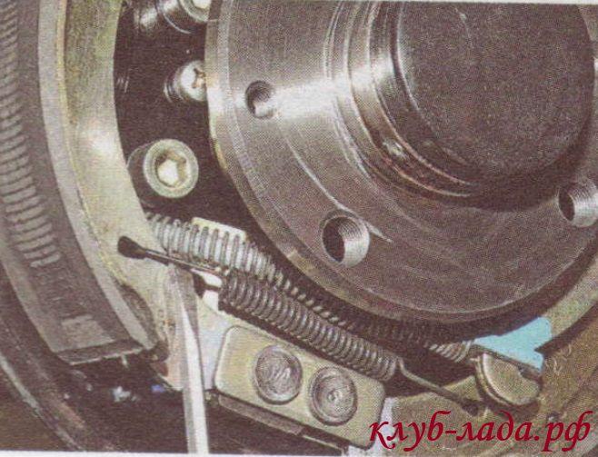 Вывести из зацепления с колодкой крючок нижней стяжной пружины