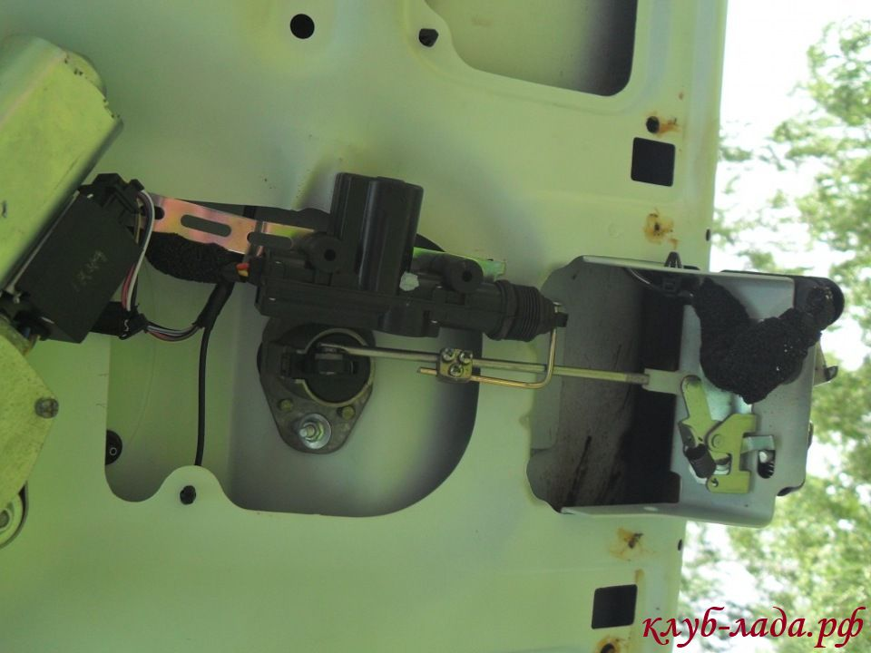 Устанавливаем активатор багажника на Калину