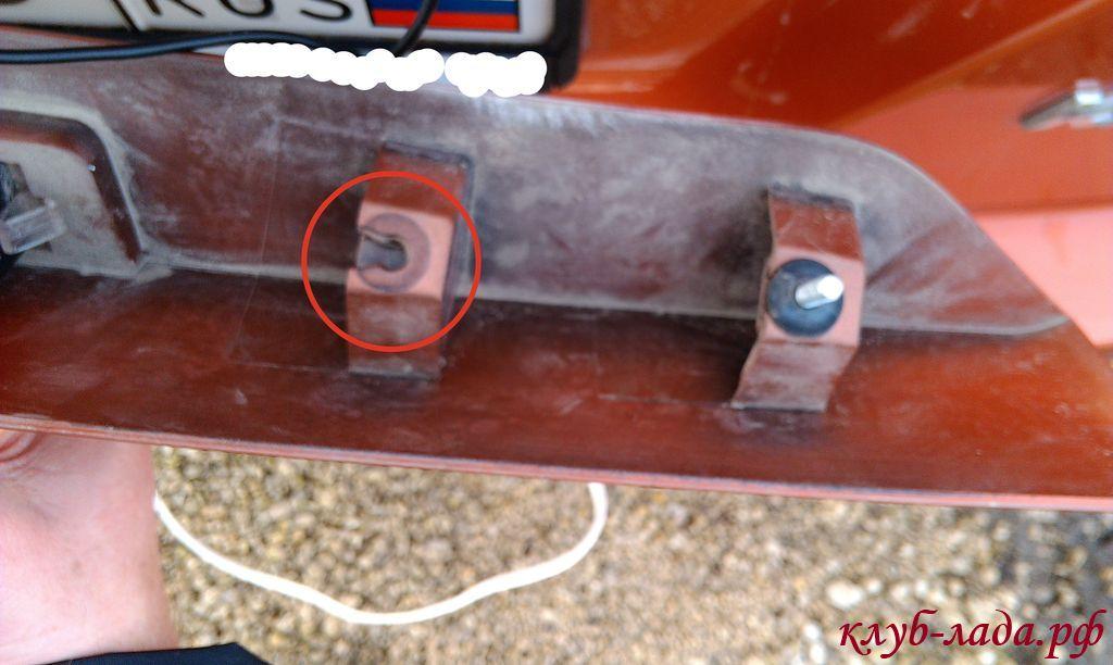 отверстие крепления сабли для провода камеры заднего вида
