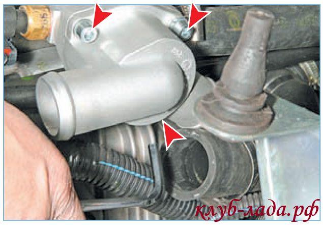 Отвернуть три винта крепления крышки термостата приоры