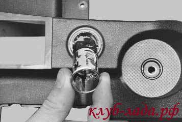 Вытащить металлический стакан прикуривателя на себя