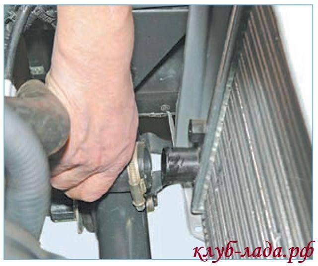 Снять отводящий шланг радиатора приоры