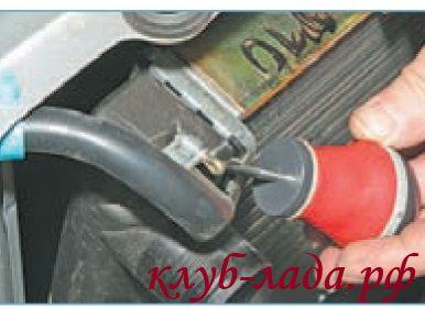 Снять пароотводящий шланг радиатора приоры