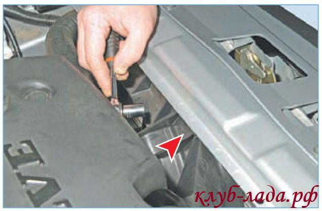 Отвернуть гайку верхнего крепления вентилятора приоры