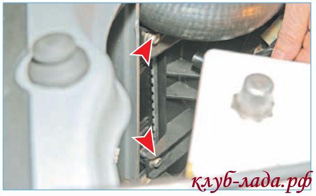 Отвернуть два болта бокового крепления вентилятора приоры