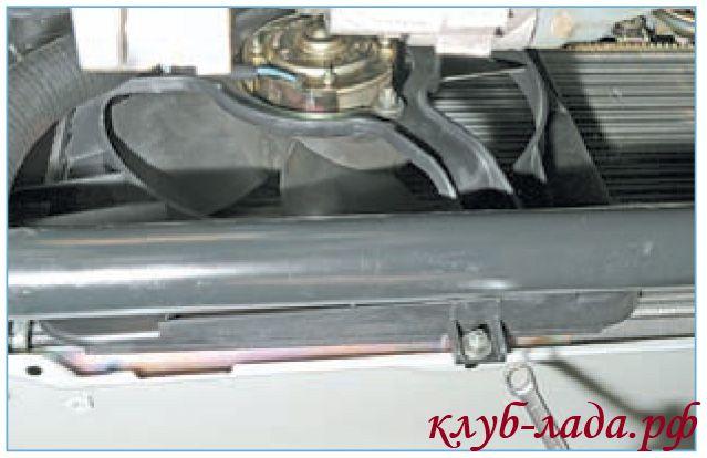 Отвернуть гайку нижнего крепления вентилятора приоры