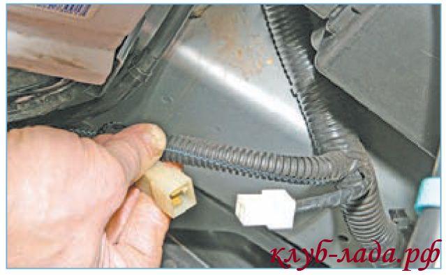 Отсоединить колодку с проводами от электровентилятора приоры