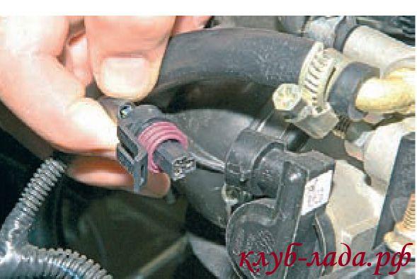 Отсоединить колодку с проводами от датчика положения дроссельной заслонки приоры
