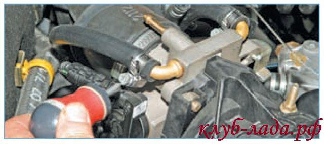 Ослабить хомута шланга отвода охлаждающей жидкости от ДУ приоры