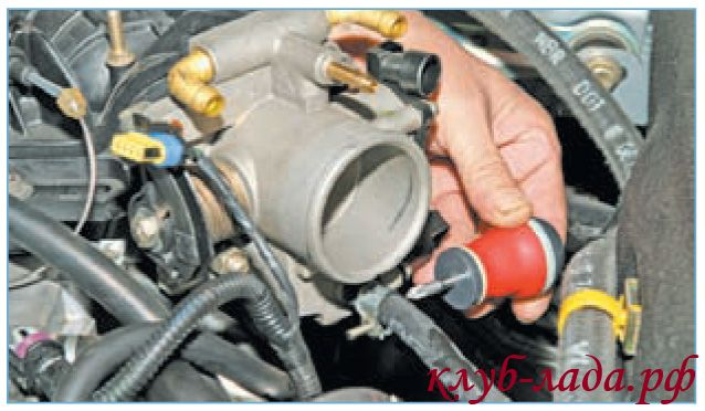 Снять шланг подвода паров топлива со штуцера ДУ