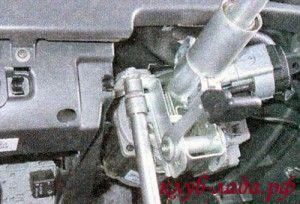Отвернуть левую гайку верхнего крепления рулевой колонки