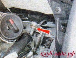 Отвернуть правую гайку верхнего крепления рулевой колонки