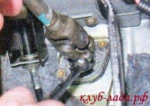 Отвернуть гайку стяжного болта фланца нижнего карданного шарнира и рулевого вала