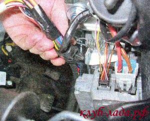 отсоединить жгут с проводами от рулевой колонки
