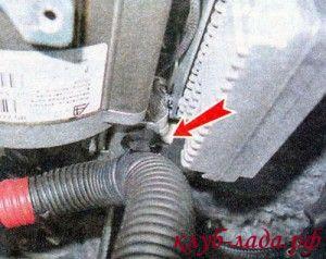 отсоединить жгут с проводами в нижней части рулевой колонки