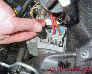 отсоединить 2 колодки с проводами от электроусилителя рулевого управления