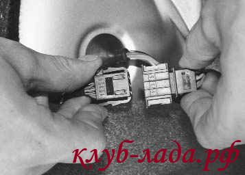 Отсоединить колодку заднего жгута проводов от проводки заднего фонаря
