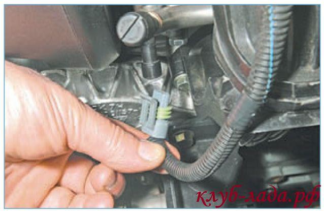 Отсоединить колодку с проводами от датчика фаз