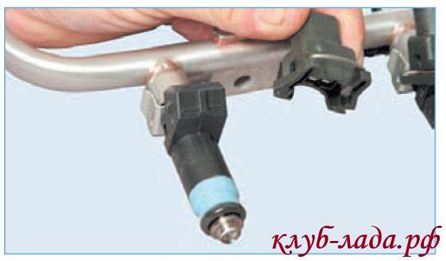 Отсоединить колодку с проводами от форсунки приоры