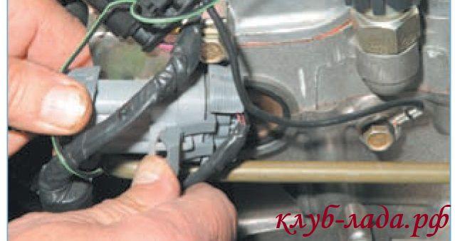 Отсоединить колодку от проводов форсунок приоры