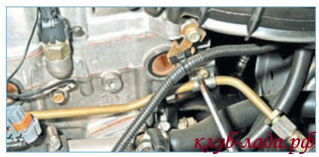 Отвернуть винт крепления прижимной планки трубки подвода топлива к рампе