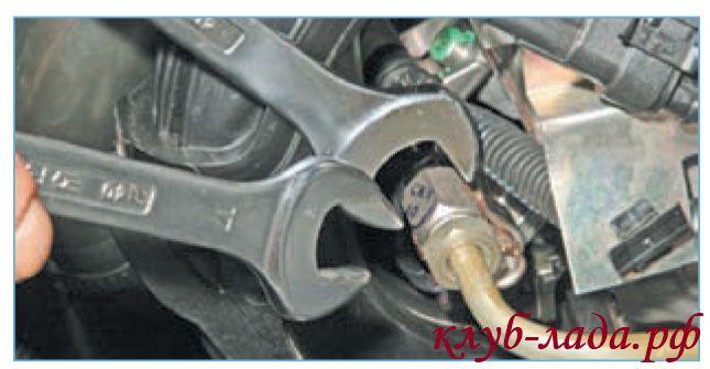 Отвернуть штуцер трубки подвода топлива к рампе
