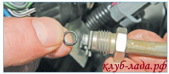 Снять трубку подвода топлива из наконечника трубки рампы