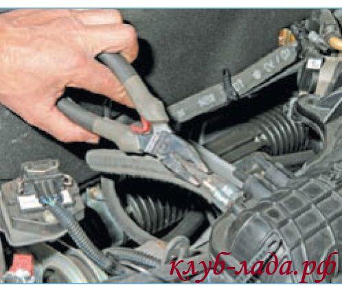 Снять шланг вакуумного усилителя тормозов