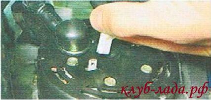 Отсоединяем колодку провода от вывода «D» генератора