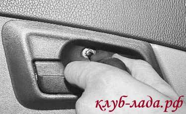 Выверните винт крепления облицовки внутренней ручки двери