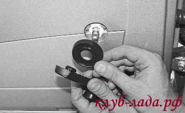 Снимаем с вала ручку стеклоподъемника и фиксатор (розетку)