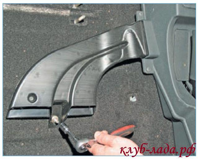 Отвернуть гайку крепления воздуховода к ногам пассажиров