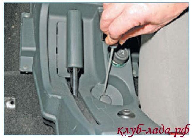 Снять пластмассовую заглушку на дне подстаканника