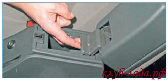 Поднять подлокотник, поддеть накладку петли подлокотника