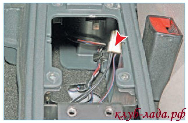 снять колодку с проводами с кнопки управления замком багажника