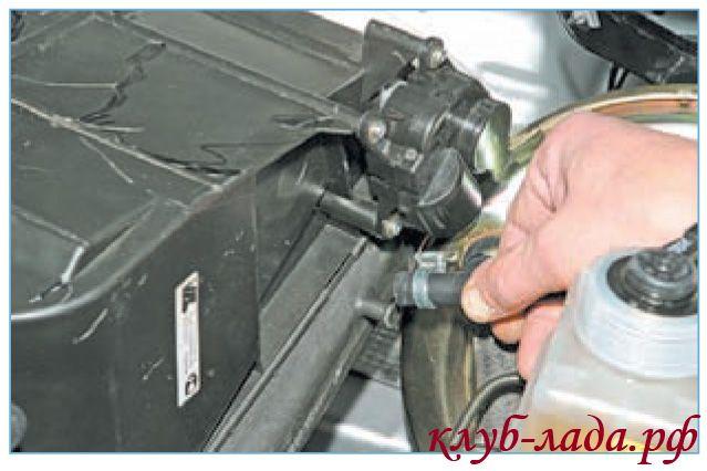 Снять шланги с патрубков радиатора отопителя приоры