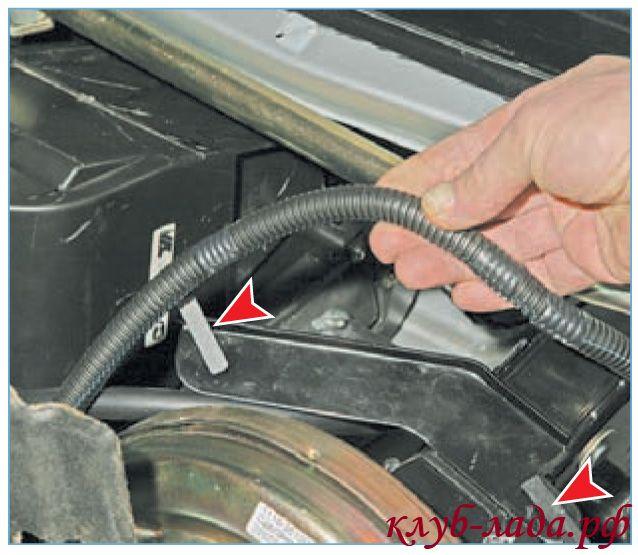 Отсоединить жгут проводов от кронштейна педали тормоза