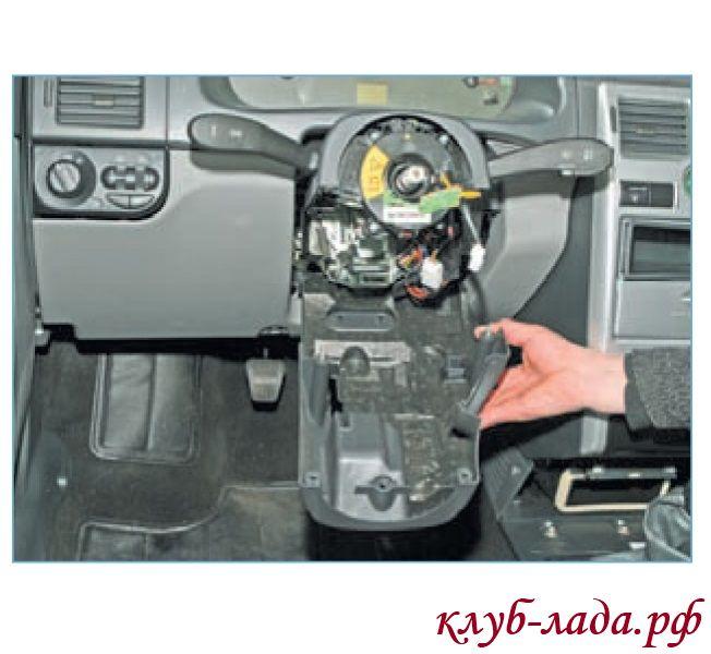Снять нижний кожух рулевой колонки (для наглядности руль снят).