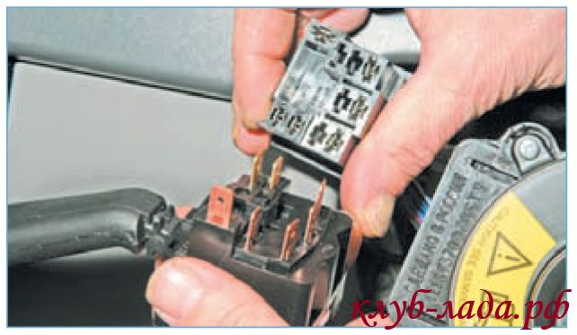 Отсоединить от него колодку с проводами панели приборов.