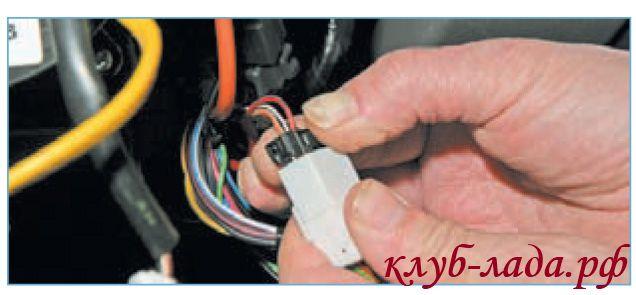 отсоединить провода подрулевого переключателя от колодки панели приборов.