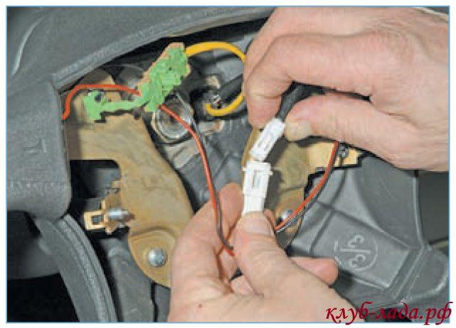 Отсоединить провода от выключателя звукового сигнала