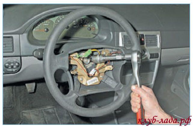 Отвернуть не до конца гайку крепления рулевого колеса