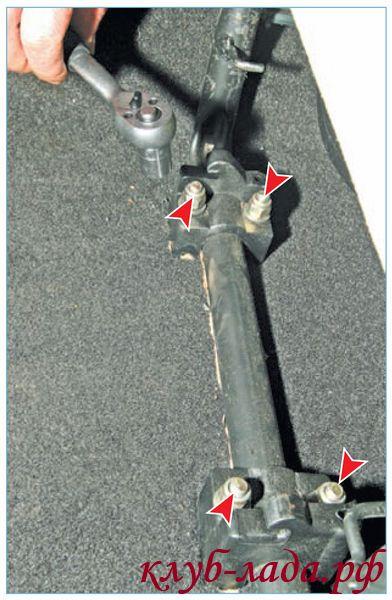 Отвернуть 4 гайки крепления кронштейнов стойки основания подушки