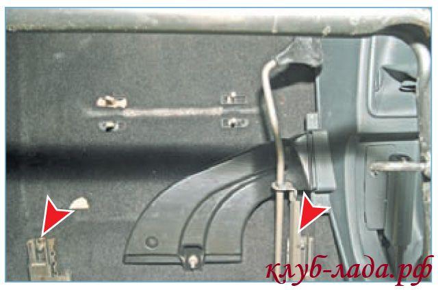 Отвернуть 2 болта переднего крепления салазок сиденья