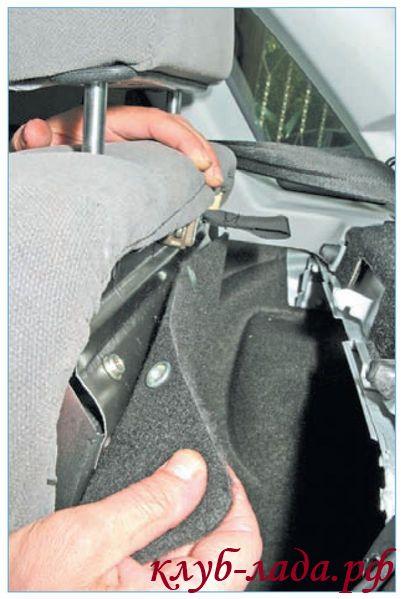 отстегнуть кнопки крепления обивки багажника