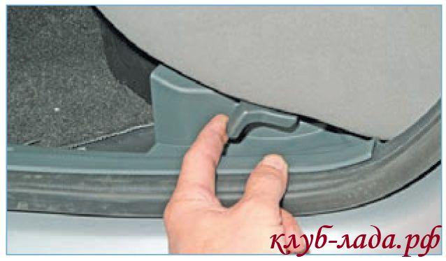 Нажать на защелки с двух сторон подушки сиденья